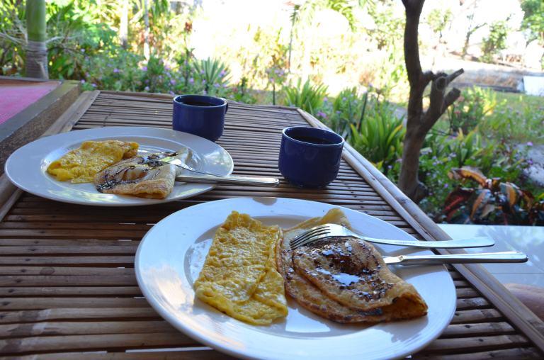 Birthday-Breakfast: Banana Pancake und Omlette (Überbleibsel vom Eggsident)